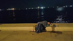 Taksiden inen kadın koşarak denize atladı