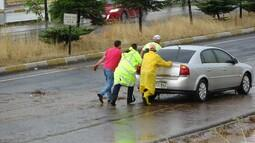 Aşırı yağış sonrası yol kapandı!
