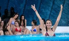 Kraliçe adayları havuzda eğlendi