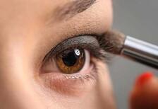 Göz makyajı yaparken gözlerimizi nasıl koruyabiliriz?