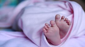 Bebeklere 2 yaşına kadar ayakkabı giydirmeyin