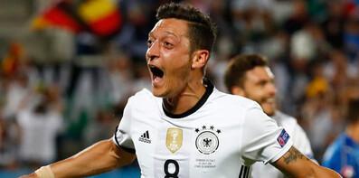 Alman taraftarların gözdesi Mesut Özil