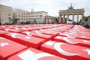 Dünyaca ünlü meydanda 15 Temmuz anması