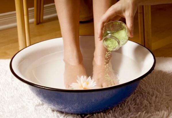 Ayaklar için buzlu su banyosu nasıl uygulanır?