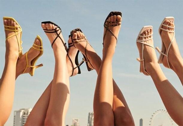 Küt burunlu sandaletler