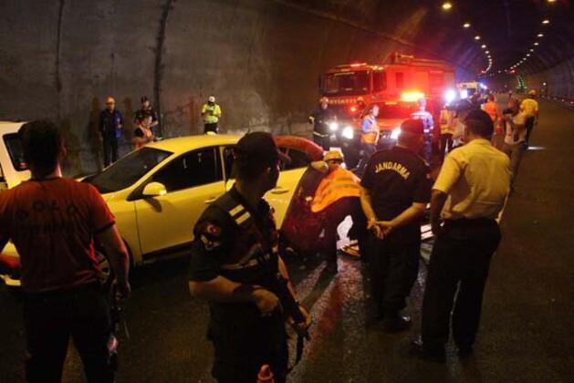 Bolu Dağı Tüneli'nde nefesleri kesen trafik kazası tatbikatı nedeniyle trafiğe kapatılan TEM Otoyolu Ankara istikametinde uzun araç kuyrukları oluştu.HABERİN VİDEOSUNU İZLEMEK İÇİN TIKLAYIN!