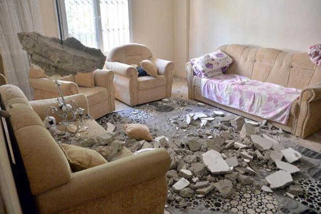 Mersin'deki tek katlı evin salon tavanının üzerlerine çökmesi sonucu Zeynep Gökçe (65) ile oğlu Reşit Gökçe (35) yaralandı.HABERİN VİDEOSUNU İZLEMEK İÇİN TIKLAYIN