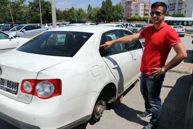 Ankara'da kimliği belirsiz kişi ya da kişiler, park halindeki otomobilin 4 lastiğini çaldı.HABERİN VİDEOSUNU İZLEMEK İÇİN TIKLAYIN