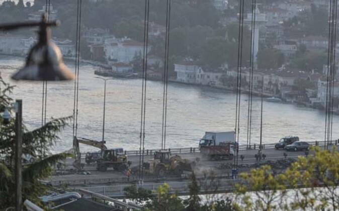 Fatih Sultan Mehmet (FSM) Köprüsü'ndeki asfaltlama çalışmaları nedeniyle 4 şerit trafiğe bu gece kapatıldı. Köprüde sabahın erken saatlerinden itibaren yoğun trafik oluştu. Çalışmadan haberi olmayan sürücüler şaşkınlık yaşadı.HABERİN VİDEOSUNU İZLEMEK İÇİN TIKLAYIN