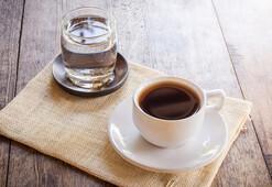 Her kahvenin yanında su için