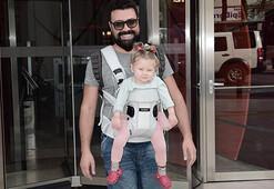 Kızını kanguru askısı ile taşıdı