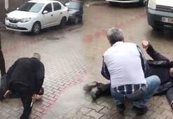 Tekmeler savurup silah çektiler Sokak ortasında dehşet yaşattılar