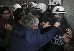 Yunanistanda göstericiler bakanlığı bastı
