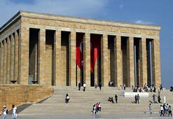"""Anıtkabir'de 63 yıl görev yapmış Türk Bayrağı direği kim tarafından hediye edilmiştir"""""""