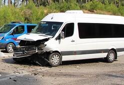 Tur minibüsüyle otomobil çarpıştı: 7si turist 11 yaralı