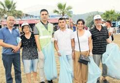 Vatandaşla birlikte plajda çöp topladı
