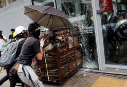 Hong Kongda protestocular parlamentonun camlarını kırdı