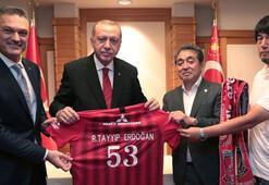 Cumhurbaşkanı Erdoğan'a forma hediye edildi