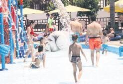 Sıcaktan bunalanlar su parkına akın etti