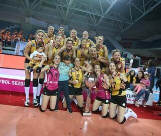 VakıfBank şampiyonluk kupasını kaldırdı
