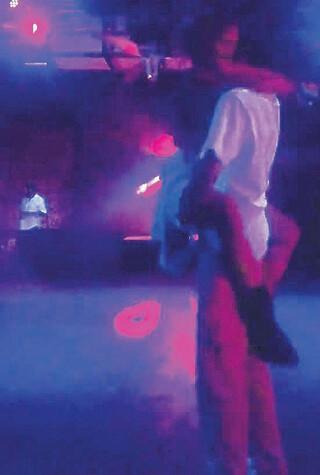 Eliz Sakuçoğlundan kulüpte olay dans