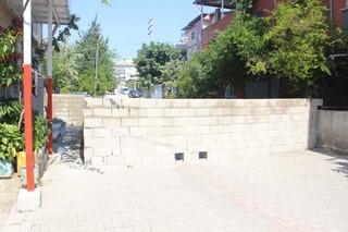 30 yıllık sokağa duvar ördü